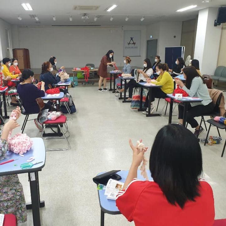 Солонгос дахь гадаад ажилчдыг дэмжих төвөөс гар сүлжмэлийн сургалтыг эхлүүлжээ.